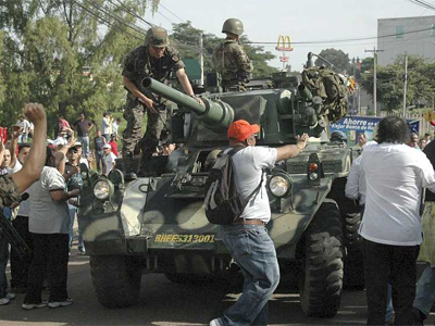 http://cms7.blogia.com/blogs/b/bo/bol/boletininformativo/upload/20090628232508-tanquehonduras.jpg
