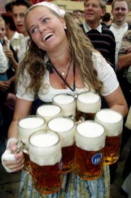 Qué hacer en Eslovenia  Para los que se queden y no les guste Manowar - Página 5 20080814192839-oktoberfest-waitress